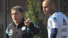 El Tata Martino y Javier Mascherano durante un entrenamiento de la selección.