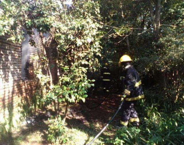 Los Bomberos de Garupá trabajaron para apagar el incendio en la vivienda