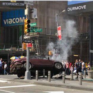 un muerto y al menos 22 heridos al atropellar un auto a la gente en times square