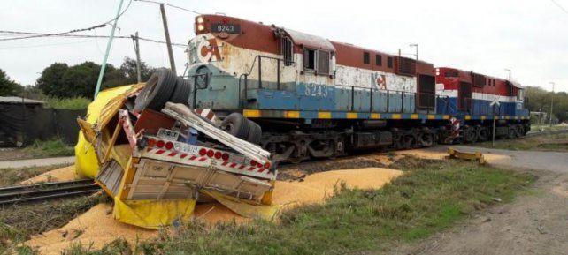 Un tren chocó con un transporte de granos en un cruce vial de Puerto General San Martín.