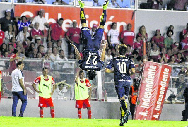En Avellaneda. Jonás Aguirre ensaya una pirueta tras anotar el 2 a 0 en la victoria contra Independiente.