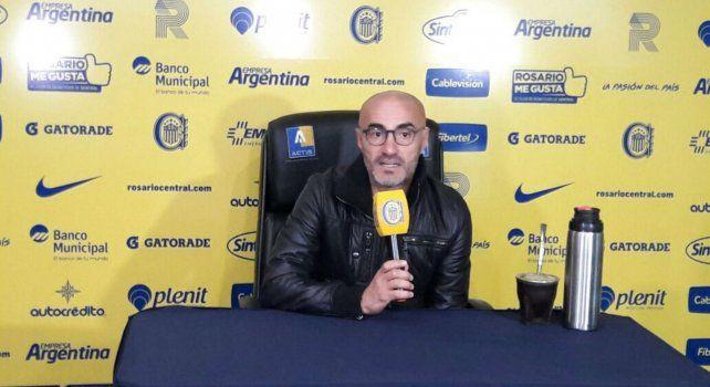El entrenador Paolo Montero durante la conferencia de prensa esta mañana.