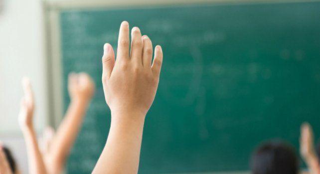 Levantar la mano para preguntar por curiosidad e interés.