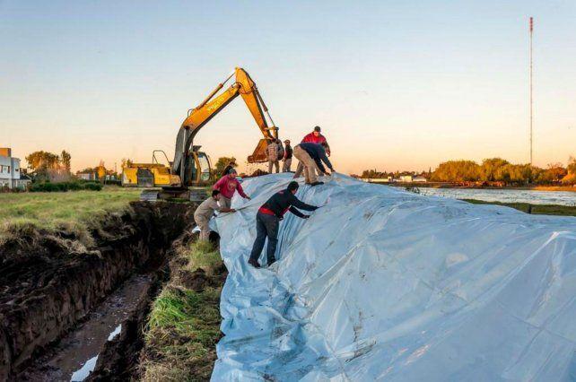 Los trabajos. El Comité de Cuenca refuerza desde hace días los terraplenes de contención.