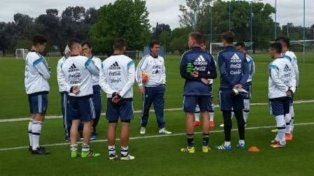 Charla. El técnico Claudio Ubeda en el último entrenamiento del plantel albiceleste.