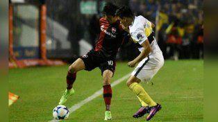 Mauro Formica intenta maniobrar ante la pegajosa marca de Silva.