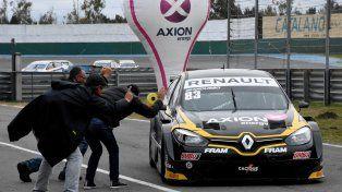 Facundo Ardusso es saludado por sus seguidores al término de la carrera.