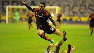 Nacho Scocco busca eludir la marca de Boca durante un ataque leproso.