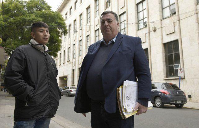 Otra vez en la calle. Alexis Arias junto a su abogado