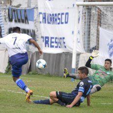 Pudo ser gol. Tedesco remató al arco y el golero de Liniers rechazó la pelota.