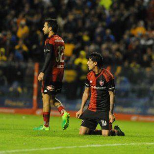 Desilusión. Scocco y Formica, de rodillas, no pueden ocultar la bronca por la derrota.