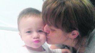 Nueva vida. Benicio, que en agosto cumple dos años, junto a su mamá.