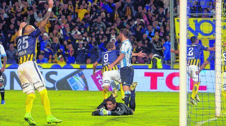 Pinola, Ruben y Burgos festejan, mientras Orión sufre en el piso.