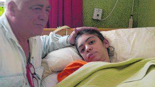 una pesadilla. Marcelo Conte y su hija Berenice, ayer, en la clínica de neurorehabilitación integral en la que la joven vive desde hace meses.