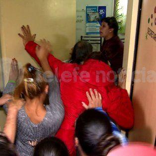 Padres de alumnos de la escuela 1202 perdieron los estribos e intentaron ingresar por la fuerza a la dirección.