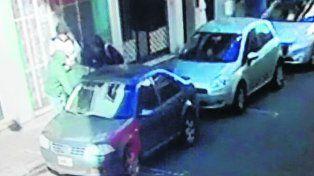filmados. Una cámara de vigilancia captó cuando los ladrones huyeron.