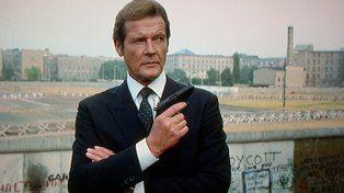 El legendario Roger Moore, interpretando al célebre agente británico 007 James Bond.