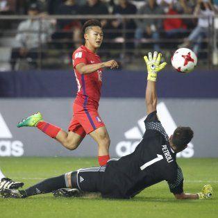 El surcoreano Lee Seungwoo, supera la estirada del arquero argentino Franco Petroli y señala el primer tanto del equipo local.