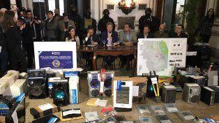 Los objetos recuperados en los allanamientos fueron expuestos en conferencia de prensa.