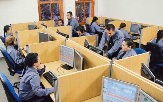 en línea. Operadores policiales reciben por día unas 4.500 llamadas de posibles emergencias en Rosario.