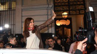 Cristina Kirchner saluda al retirarse del Instituto Patria.