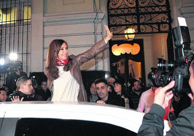 reconocimiento. Cristina saluda frente al Instituto Patria.