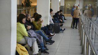 Los pasajeros aguardaban esta mañana abordar los distintos servicios.