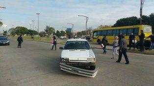 Así quedó el frente del Renault, que impactó al hombre y le provocó la muerte instantánea.