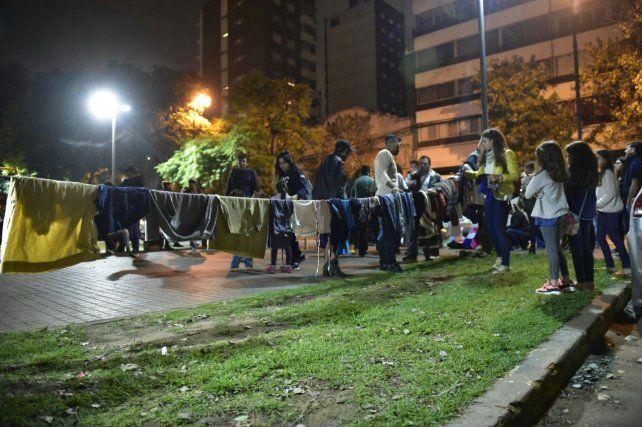 Cientos de rosarinos se reunieron frente a la ExMaternidad Martin para solidarizarse.