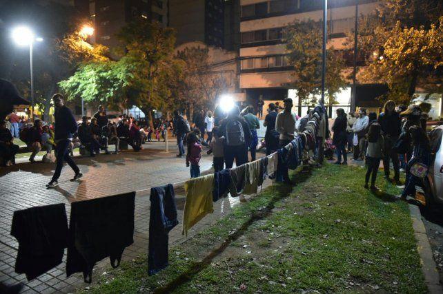 Se inauguró el perchero social para colaborar con las personas en situación de calle.