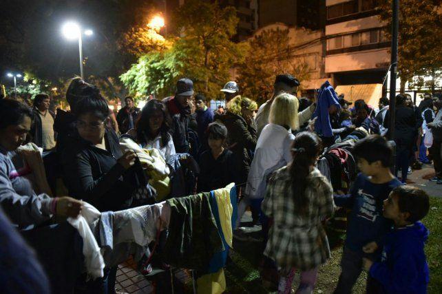 Se puso en marcha la campaña Frío Cero en Rosario con un perchero social