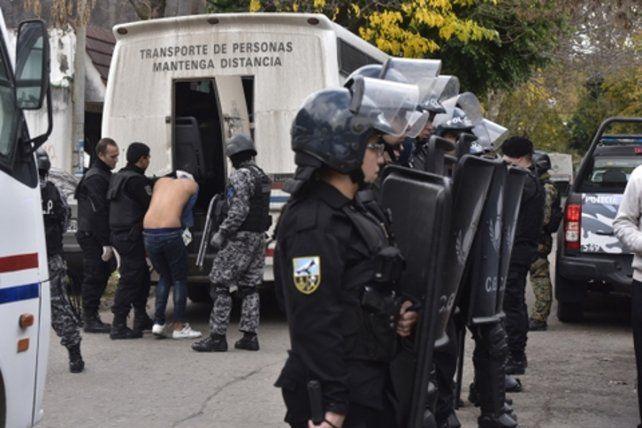 vigilados. Un fuerte operativo de seguridad se montó en la comisaría 15º para efectuar los traslados de presos.