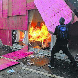 vandalismo. Grupos de black blocs lanzaron bombas molotov y saquearon el Ministerio de Agricultura.