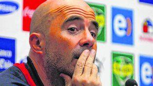 Pensativo. Sampaoli estará hoy en Argentina y se le vienen días ajetreados.