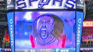 En la cabeza.Un hincha de los Spurs con el dibujo de Manu en el pelo.