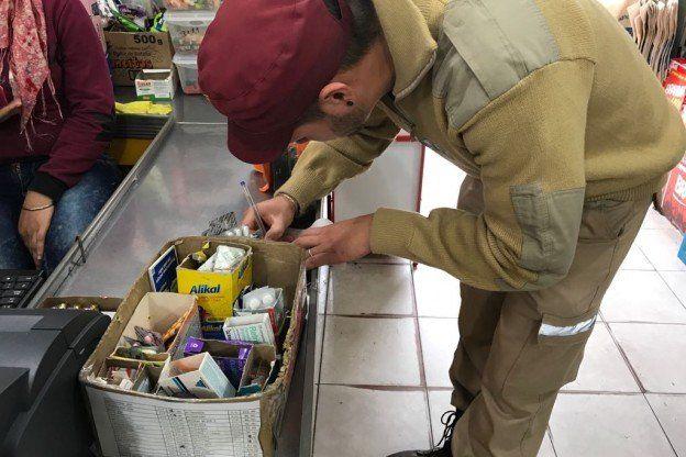 El personal municipal procedió a incautar los medicamentos que no podían ser comercializados.