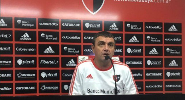 El entrenador rojinegro Diego Osella durante la rueda de prensa esta mañana.