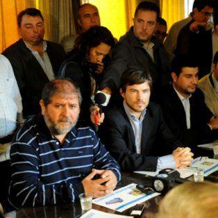 Juan Milito (izquierda) en una conferencia de prensa.