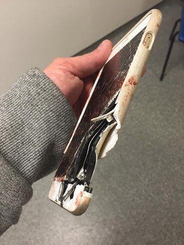 Así quedó el celular de Lisa luego del impacto durante el atentado de Manchester.
