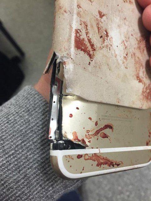 El iPhone soportó el impacto y salvó la vida de su dueña.
