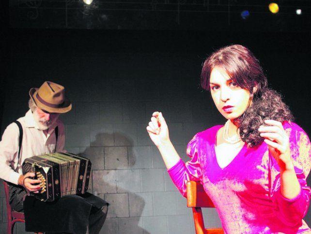 a dúo. La cantante Verónica Marchetti y el bandoneonista Diego Saavedra.