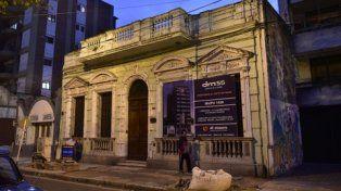 horas contadas. Sobre el frente de la casona de Maipú 1428 ya cuelga el cartel de la constructora.