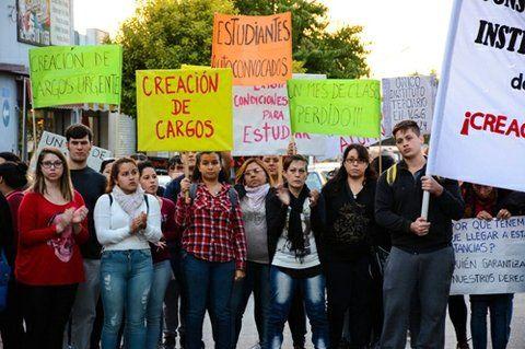 en la calle. Uno de los recientes reclamos públicos que hicieron estudiantes y docentes para pedir mejoras en el establecimiento.