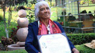 María Dolores Ballesteros exhibe orgullosa su título de abogada.
