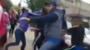 Padres de alumnos se tomaron a golpes en la puerta del colegio.