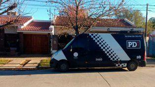 Custodia policial sobre la vivienda allanada ayer.