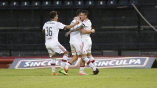 Eugenio Isnaldo abraza a Fértoli, quien acaba de marcar el 1 a 0 para Newells. Escobar se suma al festejo.