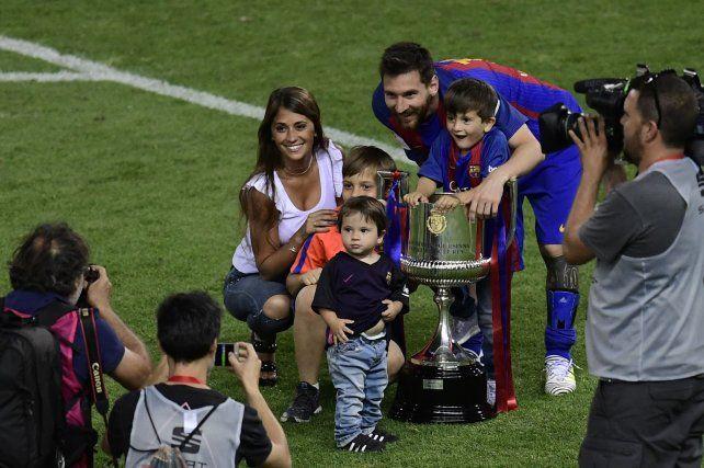En familia: Leo Messi celebró con Antonella y sus hijos en el terreno de juego.