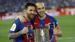 Messi posó junto a Iniesta: ambos lograron 30 títulos con la casaca de Barcelona.