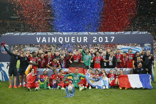 El festejo del plantel completo del PSG luego de coronarse en la Copa de Francia.